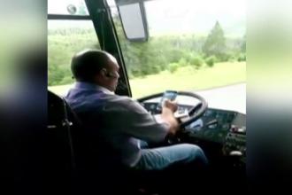 Soferul filmat butonand mobilul in timp ce conducea un autocar plin cu pasageri, identificat. Masura luata de politisti