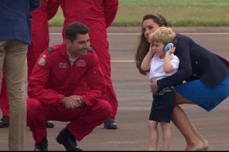 Printul George a atras toate privire la un show aviatic. La nici trei ani, a urcat in cabina unui avion de vanatoare