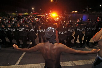 Zeci de persoane arestate, dupa ce protestele fata de brutalitatea politiei au acaparat orasele americane. Reactia lui Obama