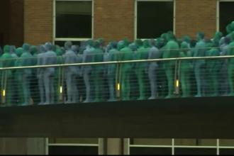 Motivul pentru care mii de oameni s-au dezbracat si s-au lasat pictati in albastru pe strazile unui oras din Marea Britanie