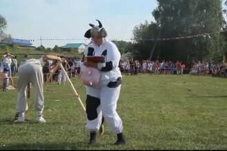 Satul din Rusia unde se organizeaza anual festivalul balegarului.