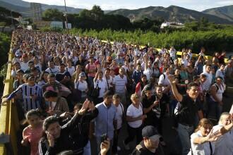 Situatie disperata pentru venezueleni. Mii de persoane au luat cu asalt granita cu Columbia, pentru a face rost de mancare