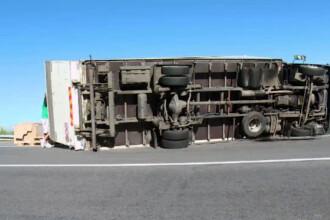 Un camion cu fiole pentru perfuzii s-a rasturnat in drum spre spital. Motivul pentru care in cabina era si o batrana