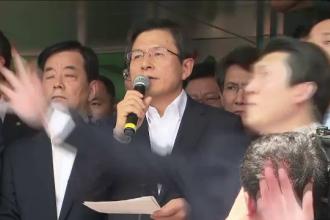 Premierul Coreei de Sud, atacat cu oua si sticle si tinut blocat in masina. Motivul pentru care multimea s-a revoltat