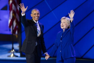 Barack Obama ii ia apararea lui Hillary Clinton:
