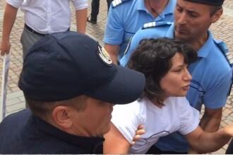 O tanara i-a infruntat pe manifestantii de la un miting pro familia traditionala.