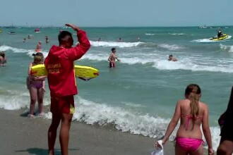 Valuri mari, apa foarte rece si steag rosu, pe litoral. Salvamarii i-au pazit pe turisti sa nu fie trasi in larg