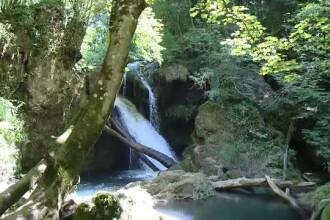 Locul din Romania cu cascade, paduri verzi si apa de un albastru infinit. Canadian: