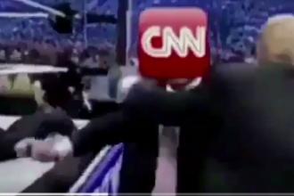 Trump, atac incredibil la adresa CNN. Presedintele SUA a postat un clip in care tranteste la pamant si loveste sigla postului