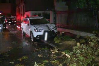 Furtuna a pus mai multi copaci la pamant, iar pompierii au intervenit toata noaptea. Meteorologii vin cu vesti proaste