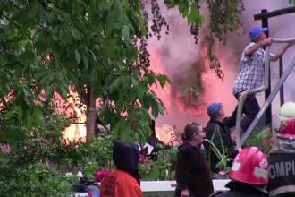 O familie cu 2 copii, din Prahova, a ramas pe drumuri dupa ce casa a fost distrusa de incendiu. De la ce au pornit flacarile