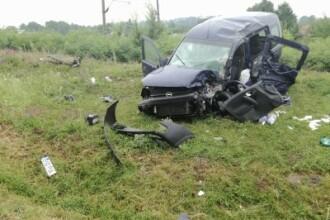 O persoana a murit si alte patru au fost ranite, dupa ce un autoturism s-a ciocnit cu un camion, in Iasi