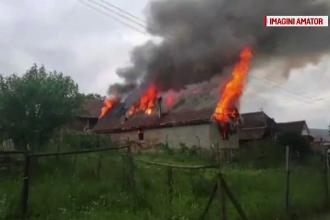 Un incendiu puternic a lasat o familie cu cinci copii fara casa, in Bistrita-Nasaud.