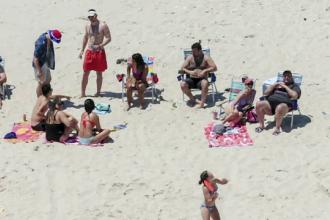Un guvernator din SUA a inchis o plaja publicului, apoi a fost fotografiat in timp ce se relaxa pe ea