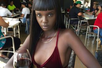 Un model din Sudanul de Sud a uimit pe toata lumea cu infatisarea sa de papusa.