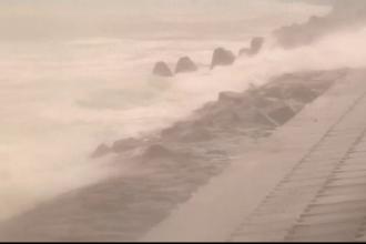 Un taifun violent a maturat tarmul de sud al Japoniei si a adus ploi torentiale si vant de aproape 150 de kilometri pe ora