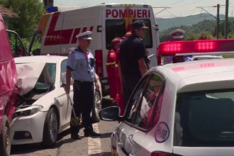 Grav accident in Prahova. Un sofer a ramas incarcerat dupa ce a lovit o duba parcata si a proiectat-o intr-un stalp