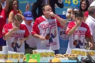 Concurs de mancat hotdogs in SUA, de ziua nationala. Castigatorul a infulecat 72 de portii in 10 minute
