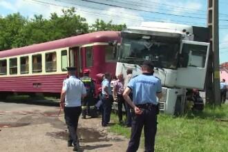 Grav accident in Bistrita. Un TIR a fost lovit in plin de un tren, din cauza greselii unui sofer de 23 de ani