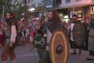 Strigate de lupta si sunete de cimpoi. A inceput Festivalul Medieval la Oradea, iar in Bacau defileaza dacii si romanii