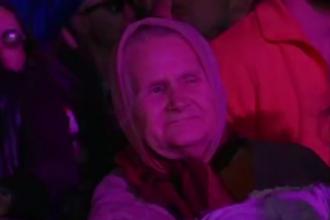 Cea mai tare imagine de la Neversea. O bunica de 86 de ani, printre cei 53.000 de tineri din a 2-a seara a festivalului VIDEO