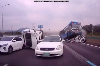 Accident infiorator filmat de o camera amplasata pe un autoturism. Doi oameni au murit si 16 sunt raniti. VIDEO