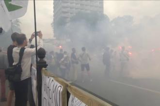 Parlamentul ucrainean, invaluit intr-un nor de fum. Zeci de manifestanti au folosit fumigene la un protest anticoruptie