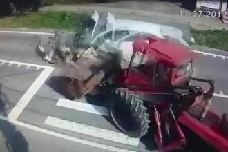 O masina a intrat in plin intr-un excavator, in centrul unei localitati din Mures. Accidentul a fost filmat
