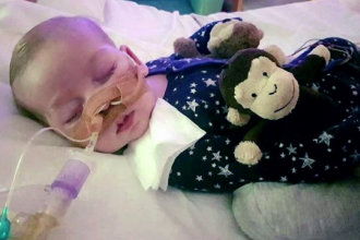 Parintii bebelusului Charlie Gard au fost audiati joi. Ei incearca sa opreasca deconectarea fiului lor de la aparate