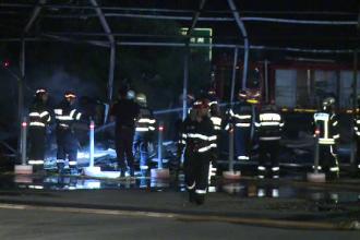 Incendiu violent in parcarea unui centru comercial din Capitala. Cortul cu mobilier a fost complet distrus de flacari