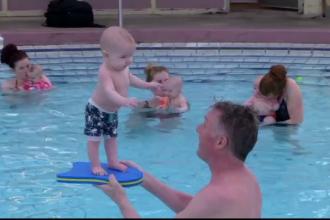Un instructor de inot a reusit sa faca bebelusi de doar patru luni sa stea in picioare. Secretul lui i-a uimit si pe medici