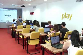 120 de elevi din Cluj isi petrec vacanta invatand programare de la marile companii IT.