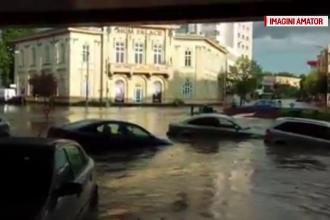 O ploaie de cateva minute a inundat strazile din Tulcea. Apa a ajuns pana la geamurile masinilor