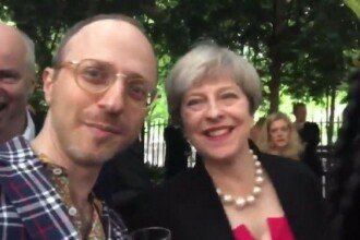 Un jurnalist o intreaba pe Theresa May:
