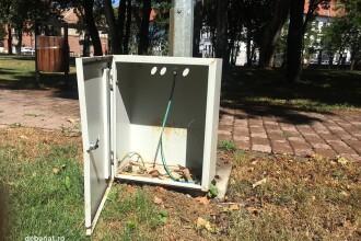 Hotii au furat acumulatorii felinarelor, in parcul din fata Primariei Timisoara. Gardul, recent scos din ordinul edilului