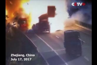 Momentul in care un camion explodeaza pe autostrada in China dupa ce a acrosat un alt autovehicul. VIDEO