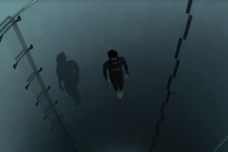 Un francez, impatimit al sporturilor extreme, a reusit sa se scufunde in cel mai adanc bazin din lume. VIDEO