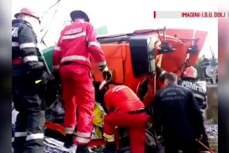 Un TIR incarcat cu saci plini de siliciu s-a rasturnat pe o conducta de gaz in Dolj: soferul a adormit la volan