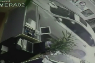 Un sofer a intrat cu masina intr-un magazin din California. Cum a reactionat proprietarul pravaliei