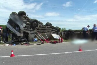Un sofer si-a pierdut viata, dupa ce camionul pe care il conducea s-a rasturnat. A fost nevoie de interventia pompierilor
