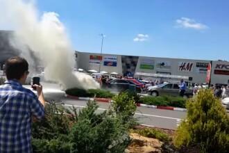 O masina a luat foc in parcarea unui mall din Galati. Autoturismele din jur, la un pas sa fie cuprinse de flacari. VIDEO