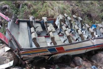 Cel puțin 44 de morți, după ce un autocar a căzut într-o prăpastie