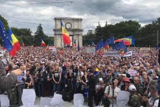 """Zeci de mii de oameni au protestat în Chișinău. """"Mâine mergem la Parlamentul European"""""""