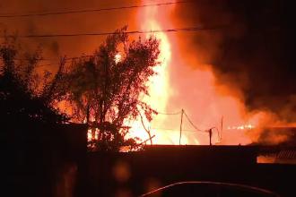 Casa unui bătrân din Arad, mistuită de flăcări. Cauzele producerii incendiului