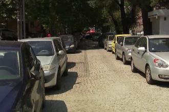 Impactul majorării taxei de parcare în Capitală: trotuarele sunt pline de mașini