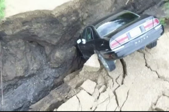 Un șofer de 16 ani, din SUA, a căzut cu mașina într-o groapă uriașă