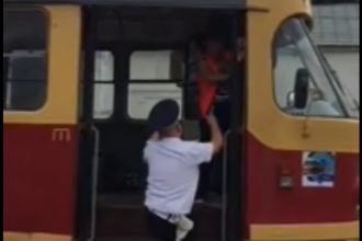 Accident între un tramvai şi o maşină, ambele conduse de femei băute. Reacţia vătmăniţei
