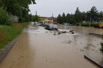 Centrul oraşului Cernavodă, inundat de o ploaie torenţială. S-au rupt bucăţi din asfalt