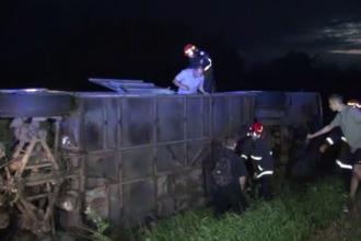 Un autocar care transporta 43 copii, răsturnat în Suceava. Numărul victimelor transportate la spital