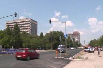 Muncitorii care au lăsat stâlpii și semafoarele în mijlocul unei șosele din București